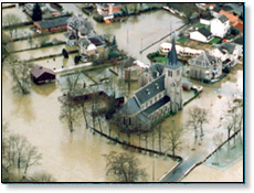 Photo d'un village inondé vu du ciel